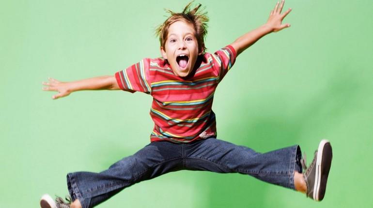 мальчик в прыжке, ребенок подпрыгнул и высунул язык