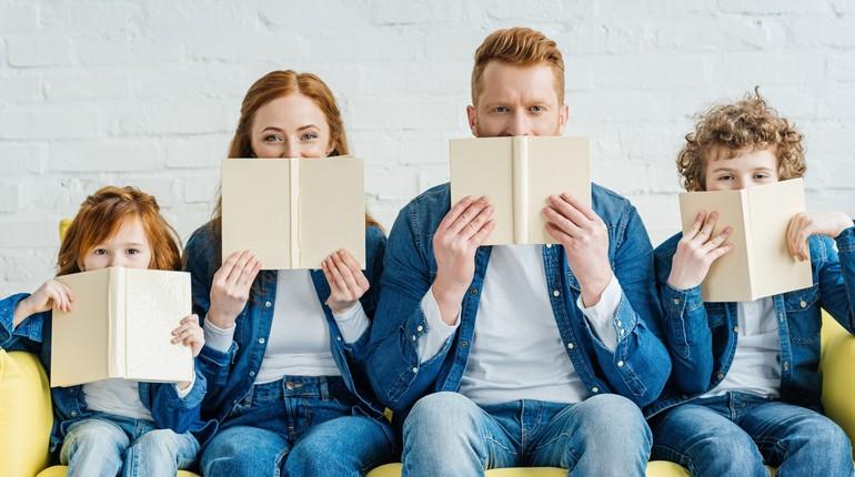 два взрослых и два ребенка с книжками,