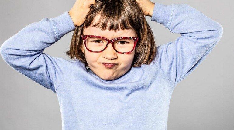 девочка в очках улыбается, позитивный ребенок
