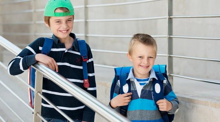 дети стооят на крыльце, мальчики идут в школу, два мальчика улыбаются