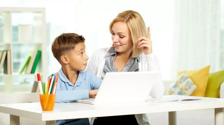 мама с сыном возле ноутбука, мальчик с мамой, разговор по душам