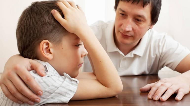 папа общается со своим сыном, разговоры по душам, общение с детьми