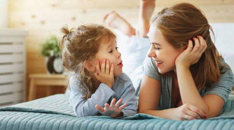 мама общается со своей дочкой, девочка с мамой, семейные разговоры
