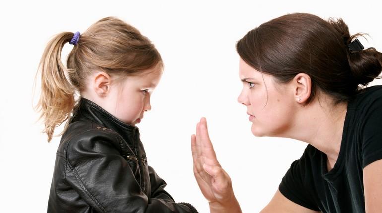мама строго разговаривает со своей дочкой, девочка слушает маму