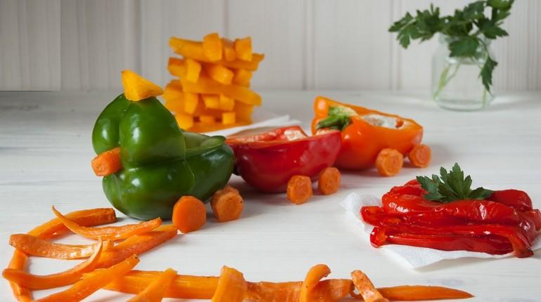железная дорога из овощей, болгарский перец на столе в виде поезда и рельс