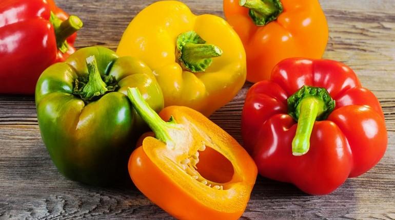 болгарский перец на столе, перец разных цветов