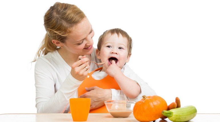 мама кормит малыша пюре из тыквы, прикорм младенца