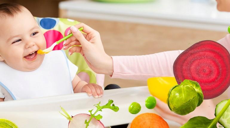 кормление малыша, мама кормит ребенка с ложки