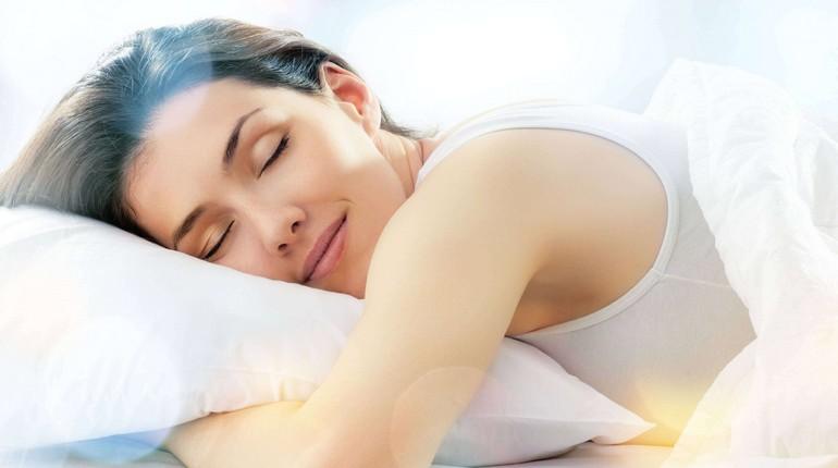 девушка сладко спит, здоровый сон, девушка обхватила руками подушку и спит