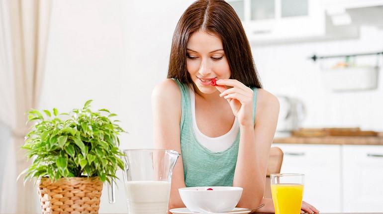 девушка завтракает, молоко в рационе женщины