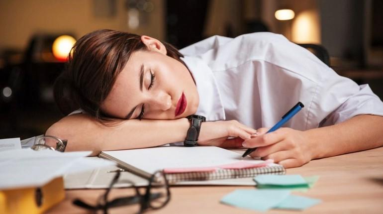 девушка спит на рабочем месте, усталость, девушка устала