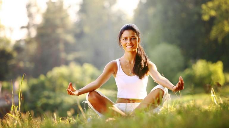 занятие йогой, девушка медитирует на природе, занятия йогой на свежем воздухе