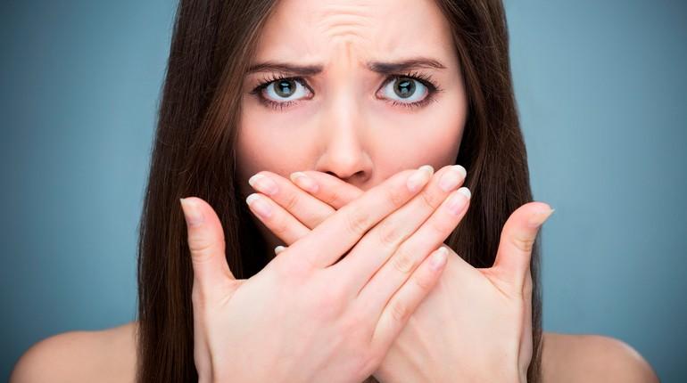 девушка закрыла рот руками, несвежее дыхание