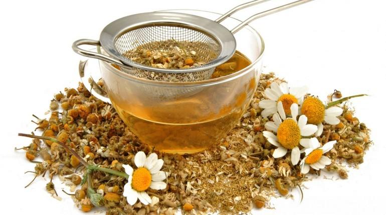заварить чай из лекарственных трав, кора дуба и ромашка, травы для лечения несвежего дыхания