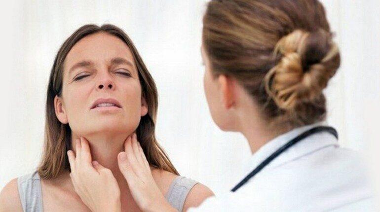 врач делает осмотр пациентки, проблемы со здоровьем, диагностика и профилактика заболеваний щитовидной железы