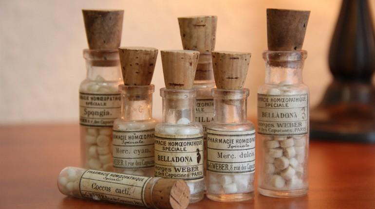 баночки с гомеопатическими препаратами, гомеопатия