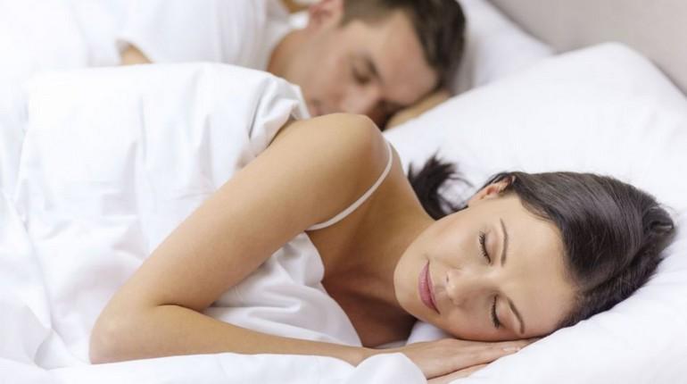 девушка спит в постели рядом со своим мужем, здоровый сон