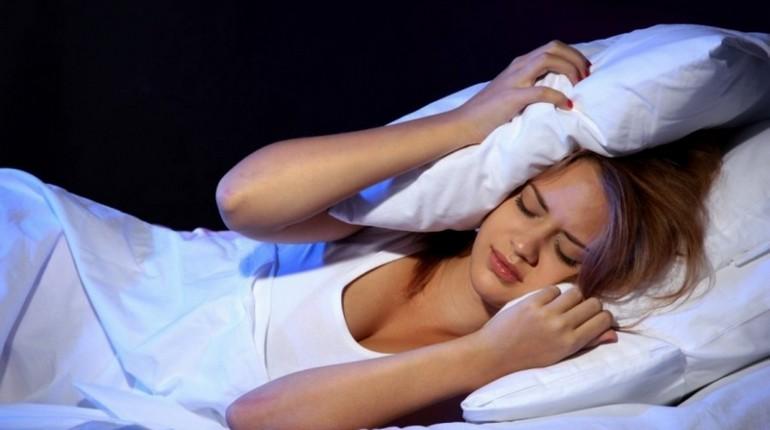 девушка не может уснуть, муки бессонницы