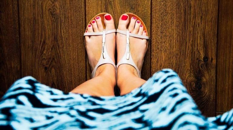 красивые женские ножки, педикюр и босоножки