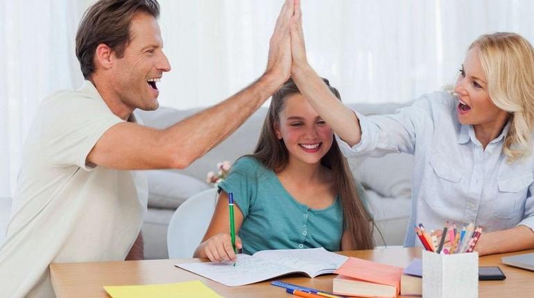похвала родителей, девочка стремиться быть лучшей на радость родителей, празднуют успех