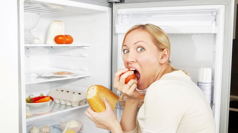девушка страдает булимией, девушка пожирает продукты из холодильника