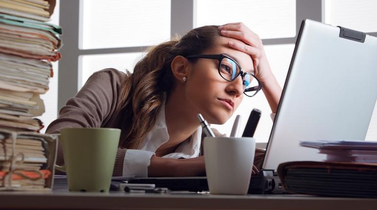 девушка работает за компьютером, девушка трудоголик