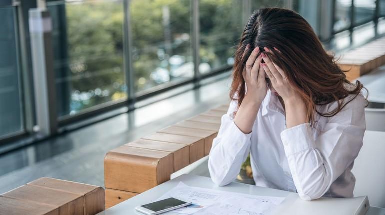 усталость на работе, девушка закрыла лицо от усталости