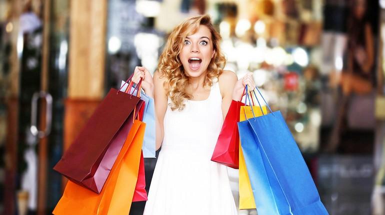 девушка-шопоголик, девушка обвешанная покупками, девушка с покупками в торговом центре