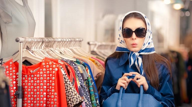 девушка в темных очках в магазине одежды, шопоголик в торговом центре, девушка и стойка с платьями в магазине