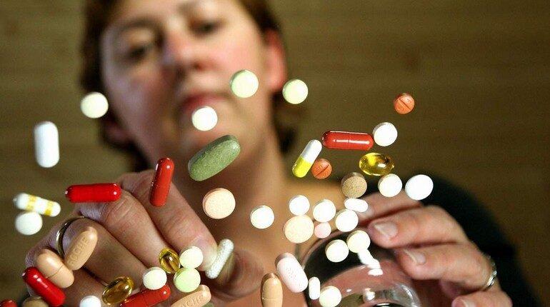 женщина на фоне таблеток, зависимость от медикаментов