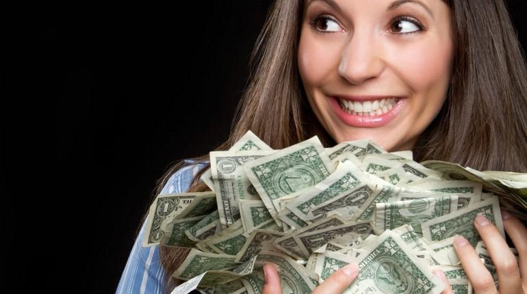 девушка радуется деньгам, алчность-черта характера, нездоровый интерес к деньгам