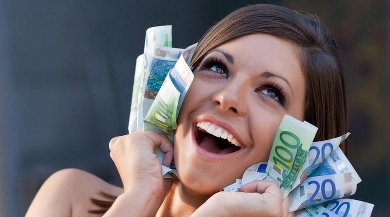 девушка держит в руках крупные купюры, алчность
