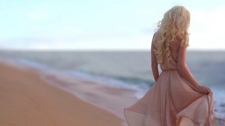 девушка в бежевом платье, прогулка по берегу в бежевом