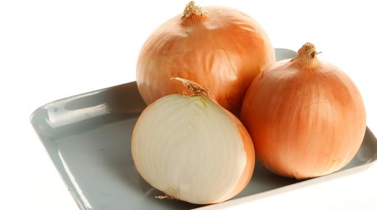 репчатый лук, две с половиной луковицы на тарелке