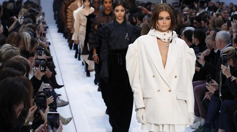 модели идут по подиуму, показ мод, демонстрация моделей