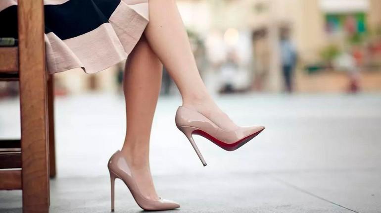 бежевые лодочки на шпильке, женские ножки в элегантных туфельках