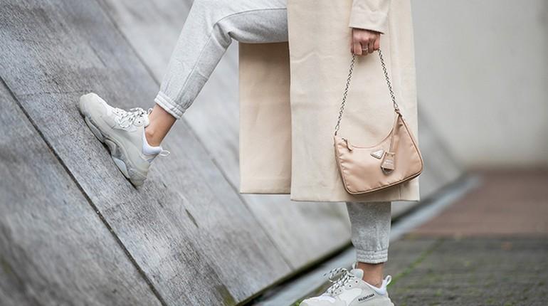 белые кроссовки на женских ножках, девушка в светлом