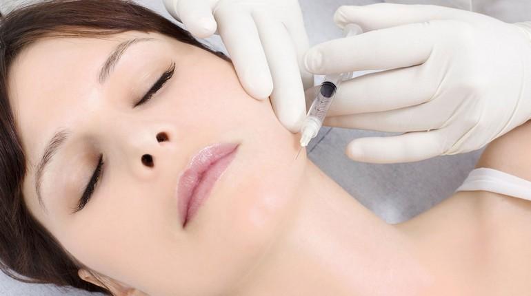 девушка на процедуре биоревитализации лица, девушка на приеме у косметолога, уколы красоты
