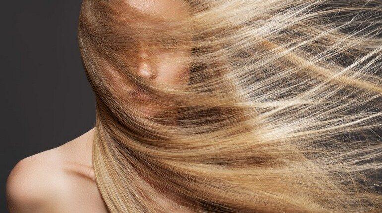 у девушки длинные волосы, красивые и длинные волосы
