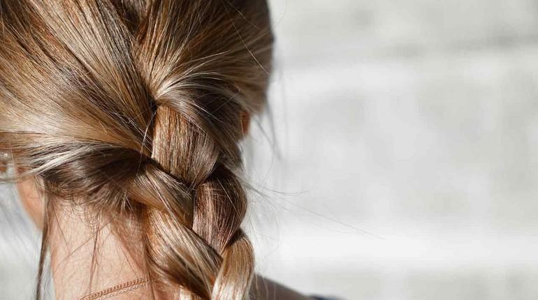 длинная коса девичья краса, у девушки красивая толстая коса волос