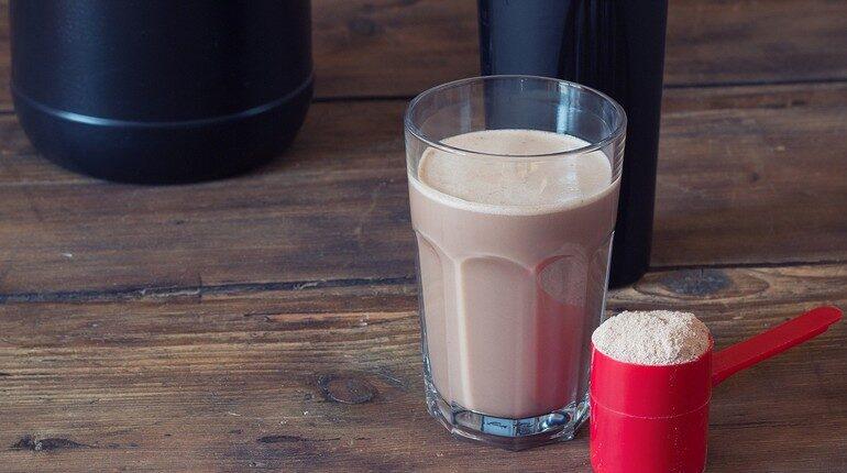 протеиновый коктель в стакане, спортивное питание