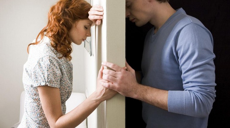 парень с девушкой молчат с разных сторон двери, спор между любимыми