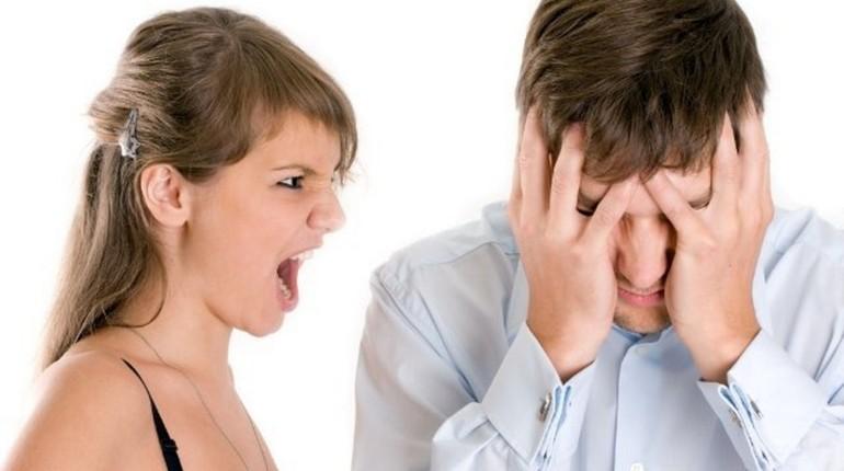 девушка кричит на парня, ссора между девушкой и парнем