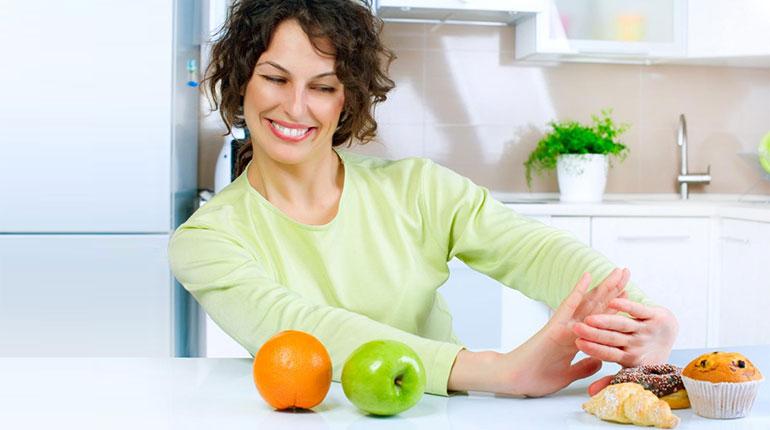 женщина предпочитает фрукты, сахар белая смерть, скажем нет мучному и сладкому