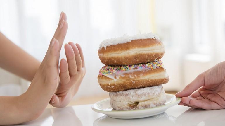 девушка не хочет есть сладкое, здоровое питание