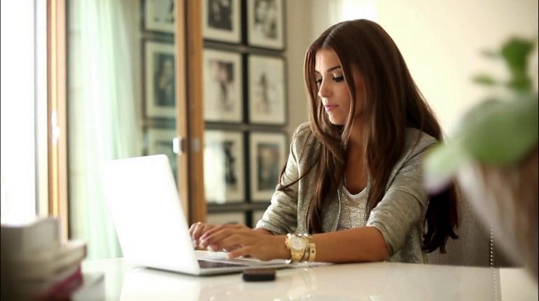девушка работает за своим ноутбуком, организованное рабочее место