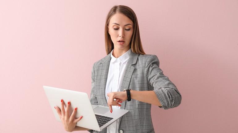 девушка смотрит на часы, девушка с ноутбуком планирует свое время