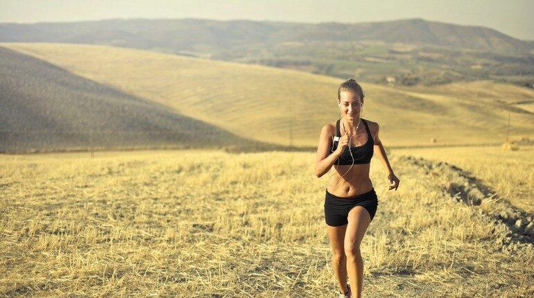 утренняя пробежка, девушка занимается бегом