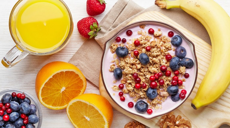 овсянка с ягодами и фрукты, полезный завтрак, правильное питание