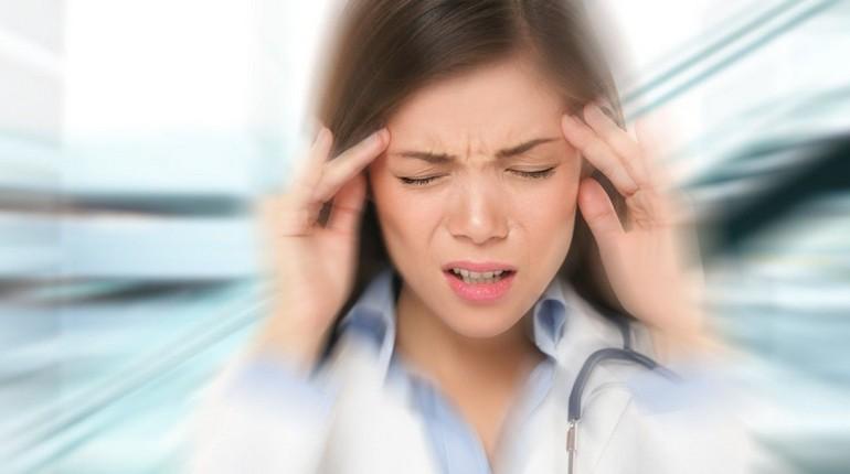 у девушки болит голова, головная боль